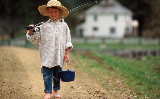 Enfant marchant dans la nature